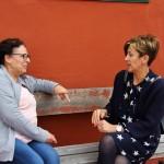 Ángeles González con la presidenta de Arcoíris Mari Carmen Delgado